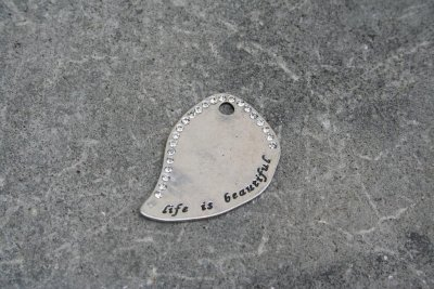 Antiksilverfärgat hänge - life is beautiful, med strass